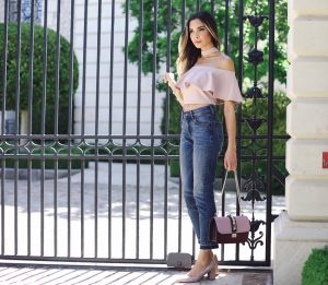 eb4da984c1 Crop tops are designed for these types of jeans only. The small gap between  your jeans and the top adds an oomph to your look and makes you look hot.